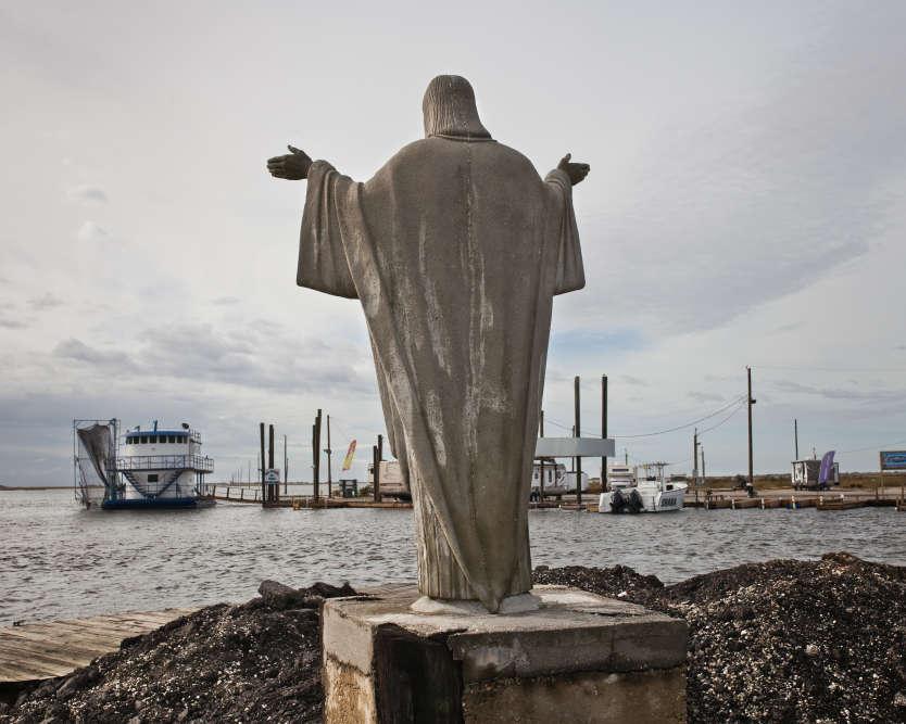 Marina de la Pointe-aux-Chênes, localité située en face de l'Isle de Jean-Charles. L'aménagement des rives du Mississippi, qui prive le delta de ses alluvions, et les forages pétroliers provoquent l'enfoncement des terres.
