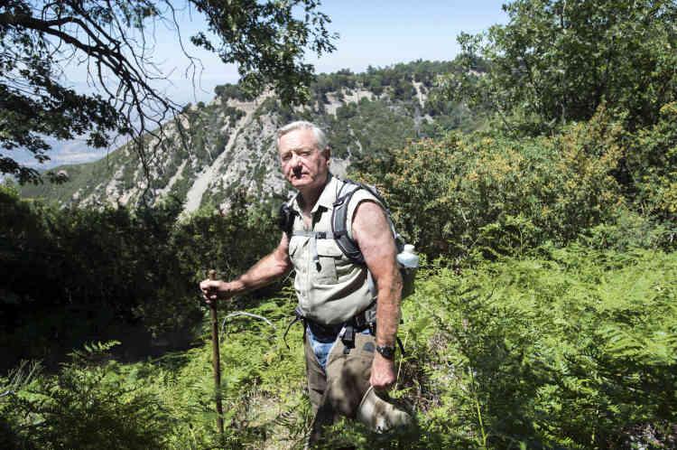 Gary Earney a dirigé pendant plus de vingt ans le service chargé des permis d'opérer dans la forêt. Il accuse Nestlé de« pomper l'eau avec des tuyaux horizontaux qui s'avancent à 100 mètres sous la montagne».