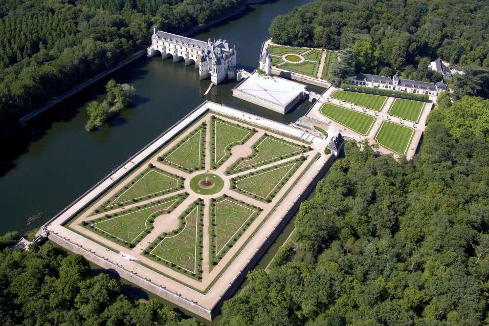 Bâti principalement au XVIesiècle et surnommé le «château des dames» en raison de son appartenance à des propriétaires successives– parmi elles Diane de Poitiers et Catherine de Médicis–, le château enjambe le Cher, entouré de ses jardins (au premier plan, le jardin de Diane).