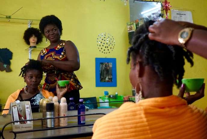 Barakissa Fofana dans son salon de coiffure, Black and Kpata («noire et belle», en nouchi, l'argot ivoirien), à Ouagadougou.