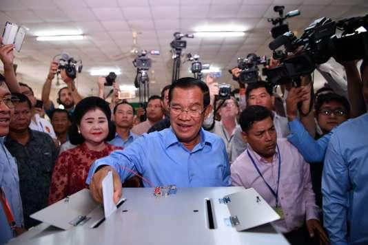 Le premier ministre cambodgien, Hun Sen, vote àPhnom Penh, le 29 juillet.