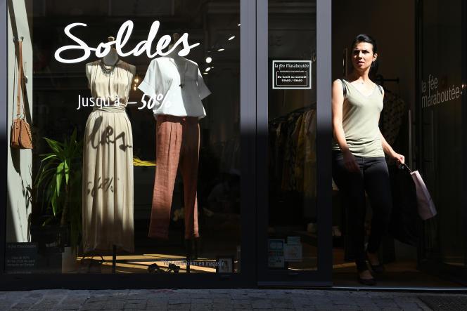 Soldes dans un magasin de vêtements à Mulhouse (Haut-Rhin), le 27 juin.