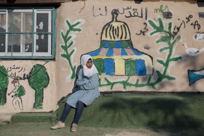 Une jeune Palestinienne lors de la rentrée scolaire organisée à Khan Al-Ahmar, le 16 juillet, afin que les locaux de l'école soient occupés.