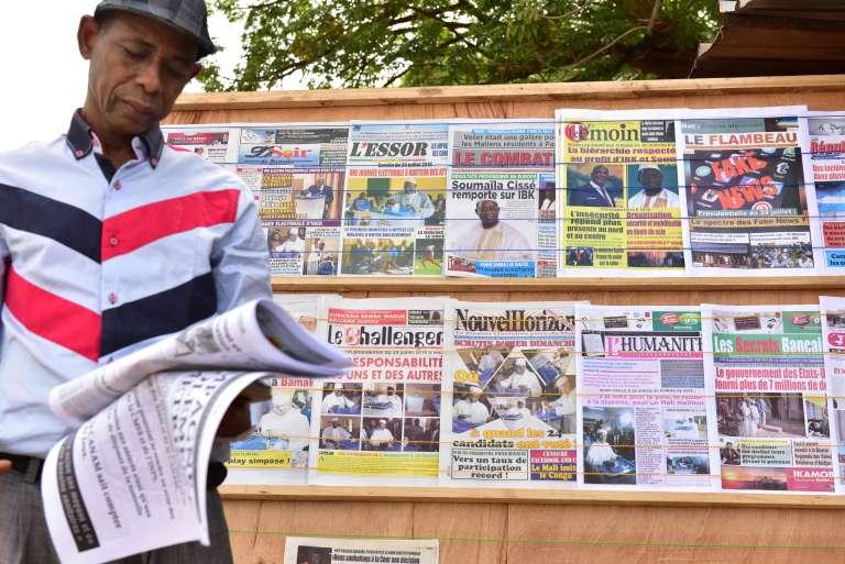 Les journaux affichés à Bamako, le 30 juillet.