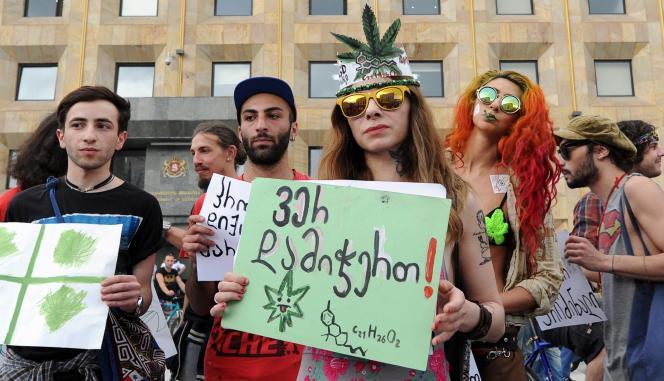 Des manifestants pour la légalisation du cannabis, en 2015 à Tbilissi.