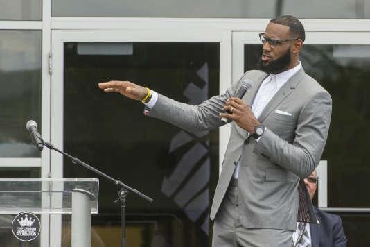 LeBron James, le 30juillet,lors de l'inauguration d'une école, qu'il a cofinancée,à Akron (Ohio), ville natale du basketteur.