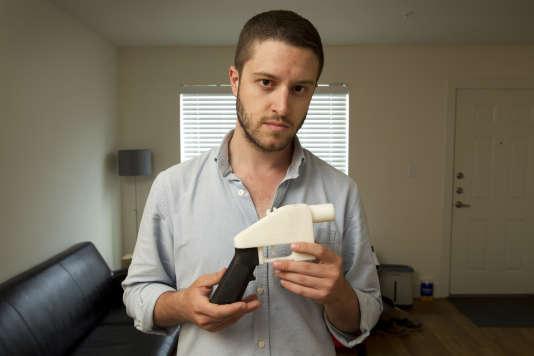 Cody Wilson, fondateur de Defense Distributed, montre une arme en plastique réalisée grâce à une imprimante 3D, en mai 2013 à Austin, au Texas.