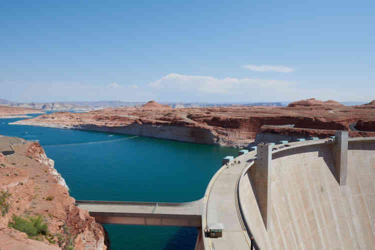 Le barrage de Glen Canyon est situé à Page en Arizona, le lac Powell se trouve majoritairement en Utah.