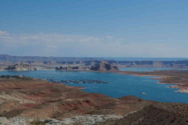 Le lac Powell est le deuxième lac réservoir créé sur le Colorado, avec le lac Mead qui alimente Las Vegas mais aussi Los Angeles et l'Arizona.