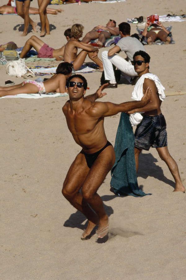 Un joueur de beach-volley, à Nice, sur la Côte d'Azur, en 1992.