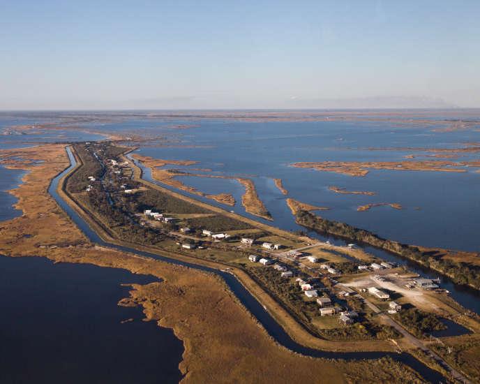 L'Isle de Jean Charles n'est plus qu'un mince bandeau de terre de 8 kilomètres de long. Elle a perdu 98 % de sa surface depuis 1955.