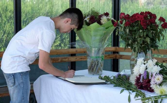 A l'ambassade des Etats-Unis de Douchanbé, le 31 juillet. Un homme signe un livre de condoléances en hommage aux victimes américaines de l'attentat qui a tué quatre personnes sur la route de Pamir, le 29 juillet.