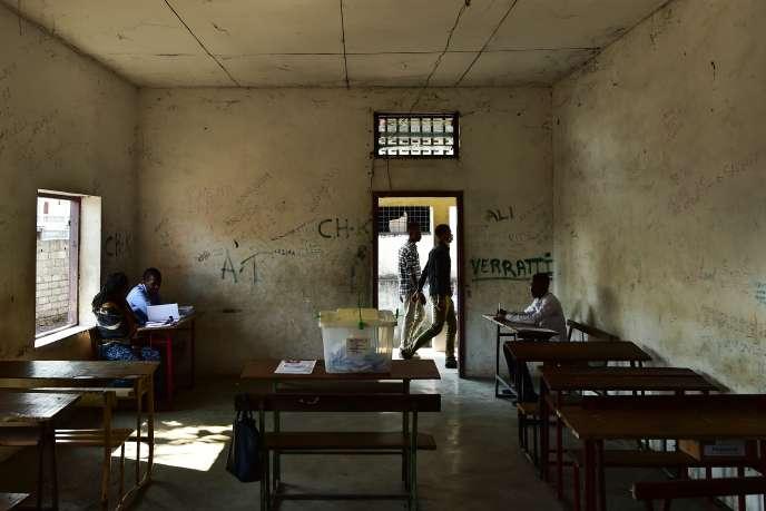 Dans une salle de classe transformée en bureau de vote pour le référendum constitutionnel du 30juillet 2018, àMoroni, capitale des Comores.