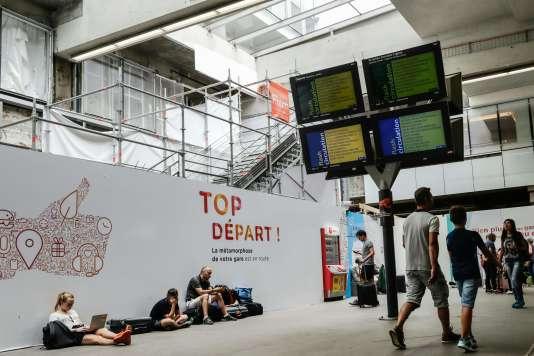 Des passagers attendent à la gare Montparnasse, à Paris, le 30 juillet.