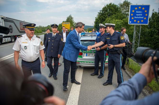 Le ministre-président de Bavière, Markus Söder, rencontre des officiers de la police des frontières, le 18 juillet, à Kirchdorf.