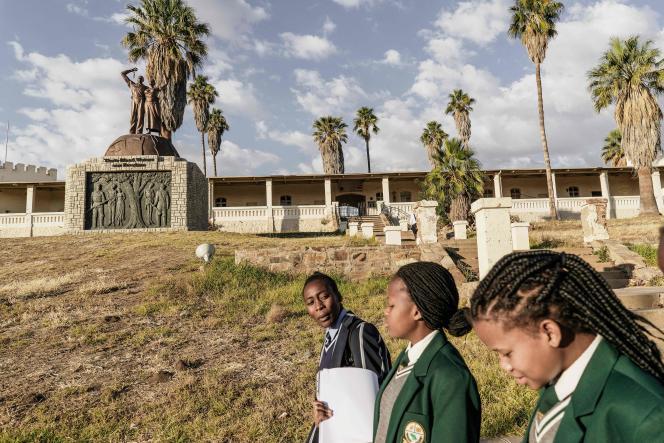 Devant un monument en mémoire des victimes du génocide des Herero et des Nama, àWindhoek, capitale de la Namibie,en juin 2017.