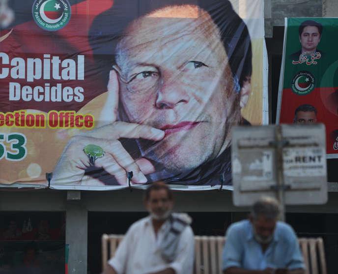 Islamabad, le 30 juillet. Affiche de campagne duMouvement du Pakistan pour la justice, le parti del'ex-star du cricket Imran Khan, sorti vainqueur desélections générales pakistanaises du 25 juillet.