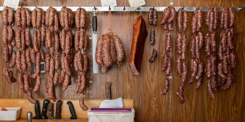 Diots suspendus dans la boucherie - Sujet sur les diots, saucisses savoyardes au porc dans la boucherie Chez Fred à Chamoux sur Gaumont. Frédéric Favre a 36 ans il a repris la boucherie familiale en 2010.