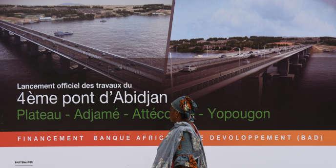 Un panneau annonçant la construction du quatrième pont d'Abidjan, le 30juillet2018, jour du lancement officiel des travaux, dans la capitale économique ivoirienne.