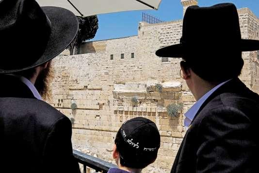 Le mur des Lamentations est l'unique vestige du mur de soutènement du second Temple juif détruit sous l'empereur romain Titus en l'an 70.