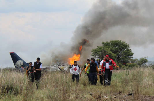 Sur le site de l'accident d'un appareil de la compagnie Aeromexico, à Durango, le 31 juillet.