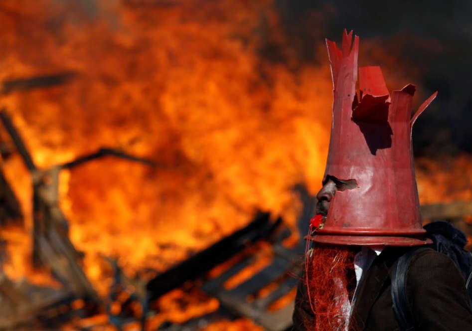 Un sympathisant du parti d'opposition de Nelson Chamisa participe au blocage d'une rue à Harare, mercredi 1er août.