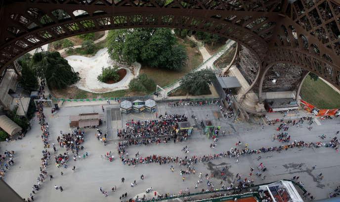 Vue aérienne de la file de visiteurs de la tour Eiffel, en juin.