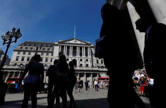 Des passants devant la Banque d'Angleterre, à Londres, le 1er août.