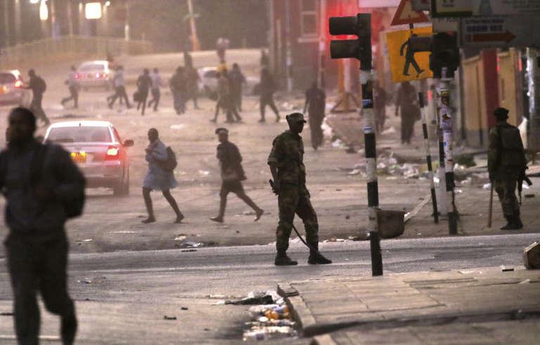 Des patrouilles de police dans les rues de la capitale, Harare, le 1er août.