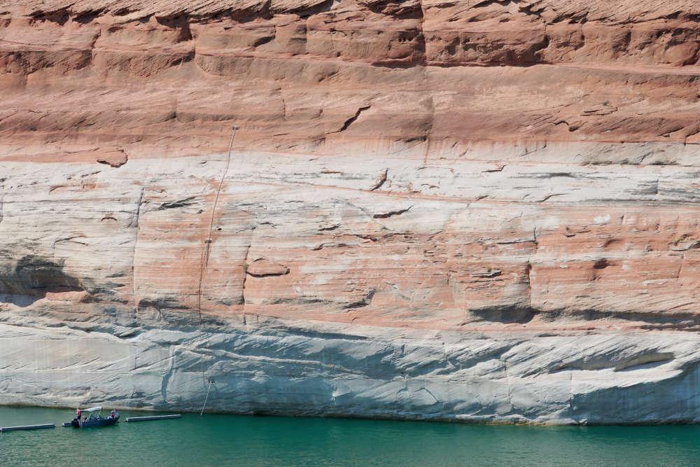 Le lac Powell a perdu la moitié de ses capacités en raison de la sécheresse et du réchauffement. Les traces blanchessur la roche attestent du retrait des eaux, qui ont baissé de trente mètres par rapport au plus haut du début des années 1980.