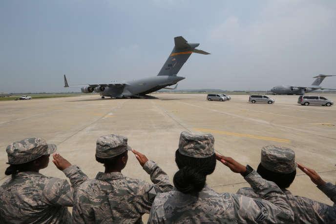Des soldats américains saluent les dépouilles de 55 de leurs pairs tués lors de la guerre de Corée, sur la base d'Osan, en Corée du Sud, le 27 juillet.