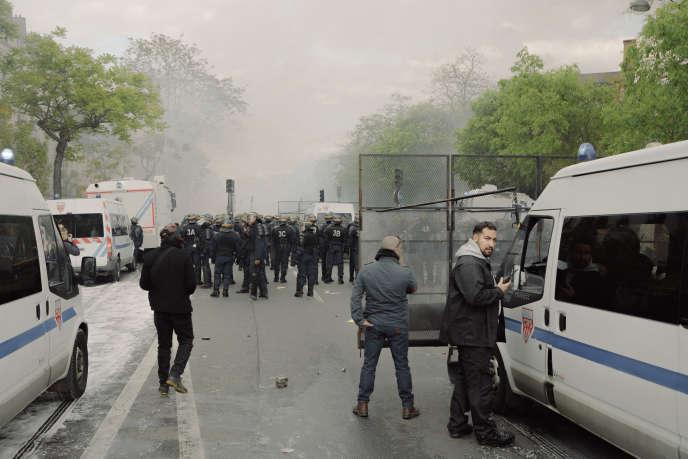 Vincent Crase (de dos) et Alexandre Benalla, boulevard de l'Hôpital, à proximité du Jardin des plantes, à Paris, le 1er mai.