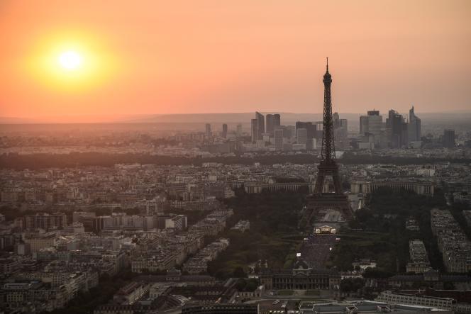 «Au cours des six premiers mois de l'année, les SCPI ont acquis pour 2,3 milliards d'euros d'actifs. Plus d'un tiers (36 %) de ce montant a été investi à l'étranger» (Le Champs de mars et la Tour Eiffel vue de la Tour Montparnasse, avec au loin, La Défense).