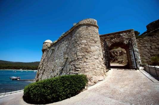 La dirigeante britannique est la première hôte de marque accueillie par le chef de l'Etat au fort de Brégançon (Var) depuis le début de son mandat.