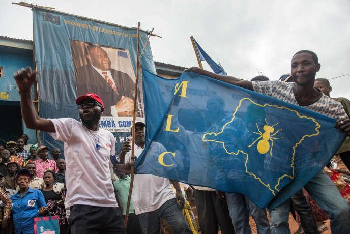 Des partisans de Jean-Pierre Bembadevant les locaux de son parti, le MLC, à Gemena, dans le nord-ouest de la République démocratique du Congo, le 30juillet2018.