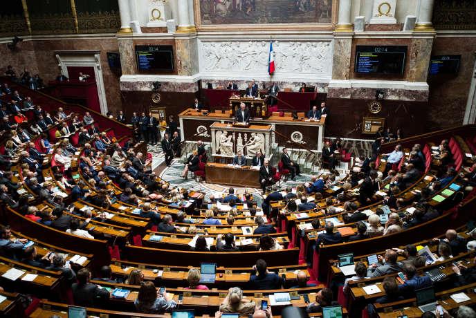© Julien Muguet pour «Le Monde», Paris, France le 31 juillet 2018 - Motion de censure à l'Assemblee nationale. Le président du groupe Gauche démocrate et républicaine, Andre Chassaigne, prend la parole au pupitre.