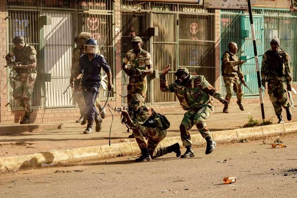 Un soldat tire en direction des manifestants.