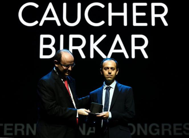 Le médaillé Fields Caucher Birkar (à droite) avec le ministère brésilien de l'Education,Rossieli Soares da Silva.