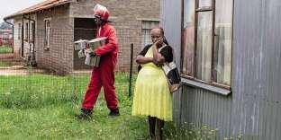 A Evaton, cité démunie au Sud de Johannesburg, une femme vient de se faire expulser de son lieu de résidence. En Afrique du Sud, les agents de la société de sécurité privée Red Ants (« fourmis rouges ») n'hésitent pas à employer la force contre les occupants illégaux de bâtiments, au nom de propriétaires privés ou de collectivités locales. En documentant ces interventions musclées, le photographe sud-africain James Oatway brosse le portrait de la brigade redoutée et met le doigt sur un conflit persistant : celui qui oppose les riches propriétaires aux citoyens démunis. La situation de l'Etat, incapable de faire régner la loi, ni de répondre aux besoins de logement des habitants, témoigne de la fracture sociale qui divise la « nation arc-en-ciel ».