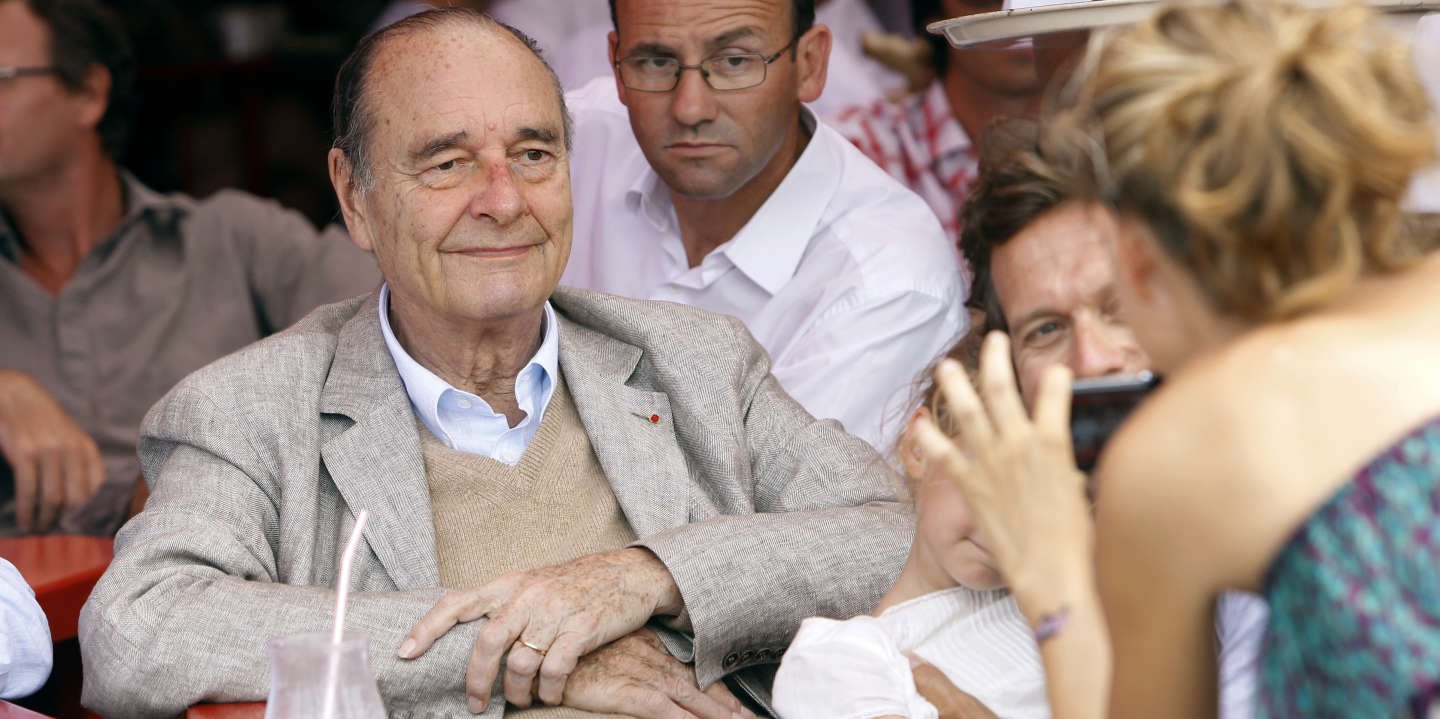 France's former president Jacques Chirac poses as a womans takes a picture of him sitting at a table outside the famous Le Senequier café in the French Riviera searesort of Saint-Tropez on August 14, 2011. AFP PHOTO SEBASTIEN NOGIER / AFP PHOTO / SEBASTIEN NOGIER