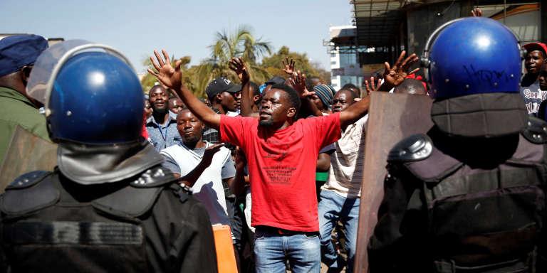Un partisan du parti d'opposition MDC dans les rues de Harare, au Zimbabwe, le 1er août 2018, deux jours après les premières élections générales de l'ère post-Mugabe.