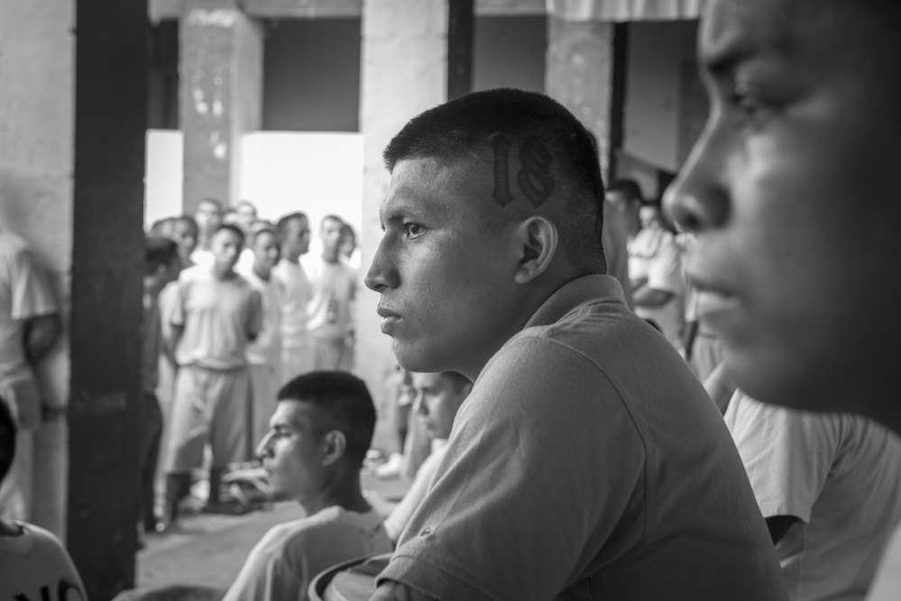 L'un des convertis de la prison San Francisco Gotera a le nombre 18 tatoué sur le crâne, en référence à son ancien gang, «Barrio 18».
