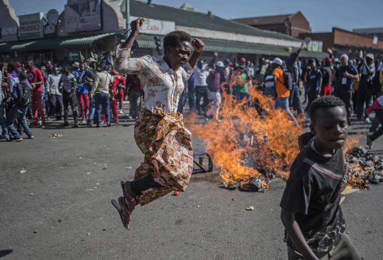Des partisans de Nelson Chamisa affrontent la police dans les rues de la capitale, Harare, mercredi 3 août.