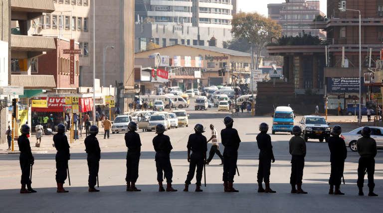 Un cordon de police à Harare, le 2 août.
