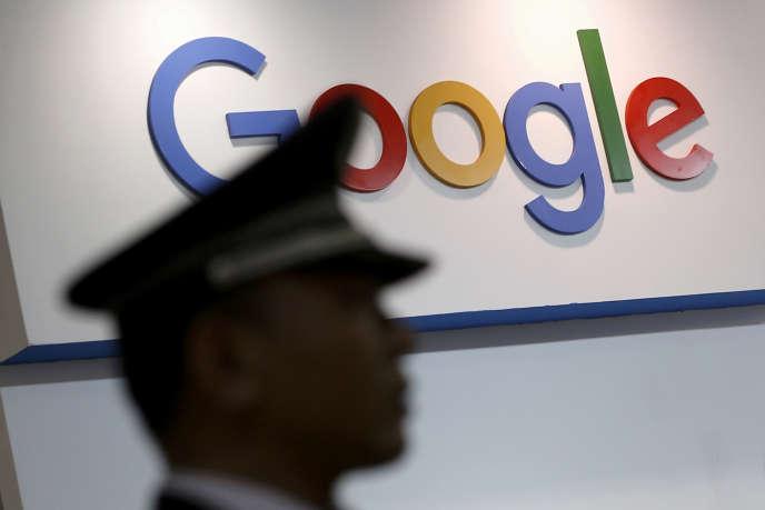 Un garde de sécurité passe devant le logo de Google à Shanghai, en avril 2016.