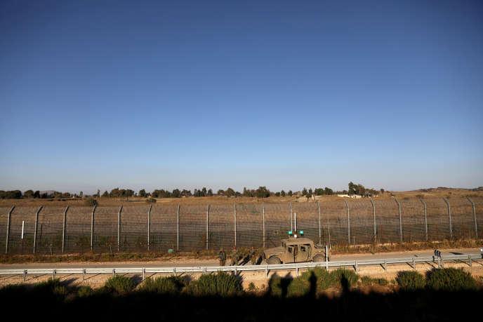 Des soldats israéliens patrouillent le long de la ligne de cessez-le-feuentre Israël et la Syrie,depuis la partie du Golan occupée par l'Etat hébreu.