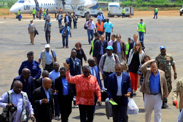 Le gouverneur de la province du Nord Kivu, Julien Paluku, s'entretient avec le ministre de la santé congolais, Ilunga Kalenga à l'arrivée de leur délégation anti Ebola à Beni , le 2 août.
