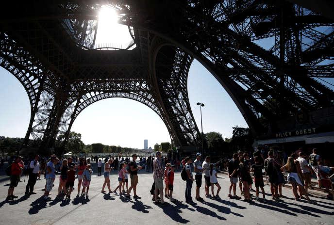 Des touristes font la queue afin d'avoir des renseignements sur la fermeture de la tour Eiffel, jeudi 2 août.