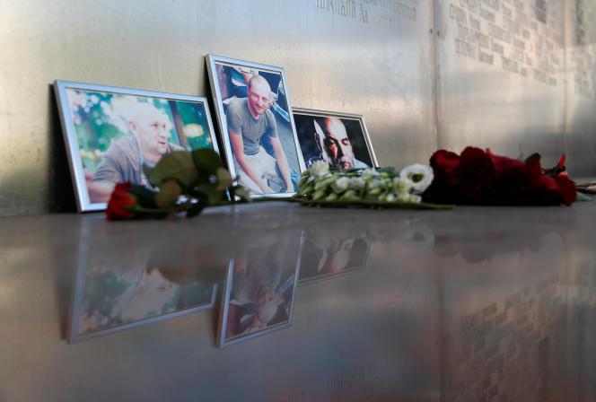 Un autel improvisé à Moscou, le 1er août, en hommage aux trois journalistes russes assassinés en République centrafricaine.