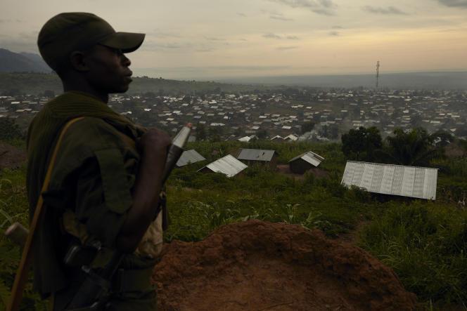 Un soldat de l'armée congolaise scrute l'horizon dans le Nord-Kivu, en mai 2018.